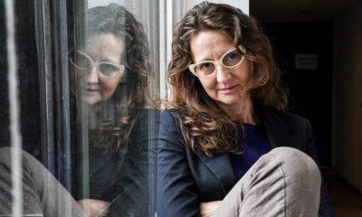 Lucrecia Martel apoyada sobre su reflejo en un vidrio